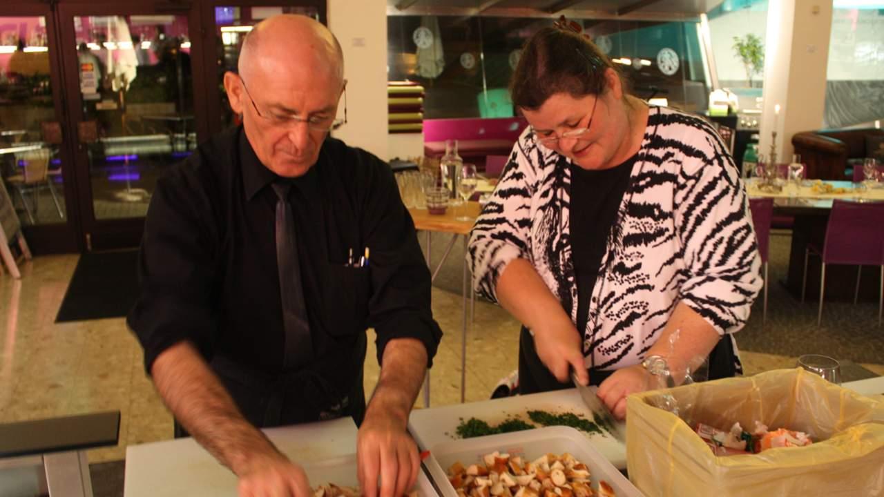 Monika und Petar beim Kochen